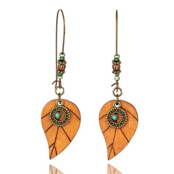 Boucles-doreilles-bois-ancien-motifs-feuilles-perles-turquoises